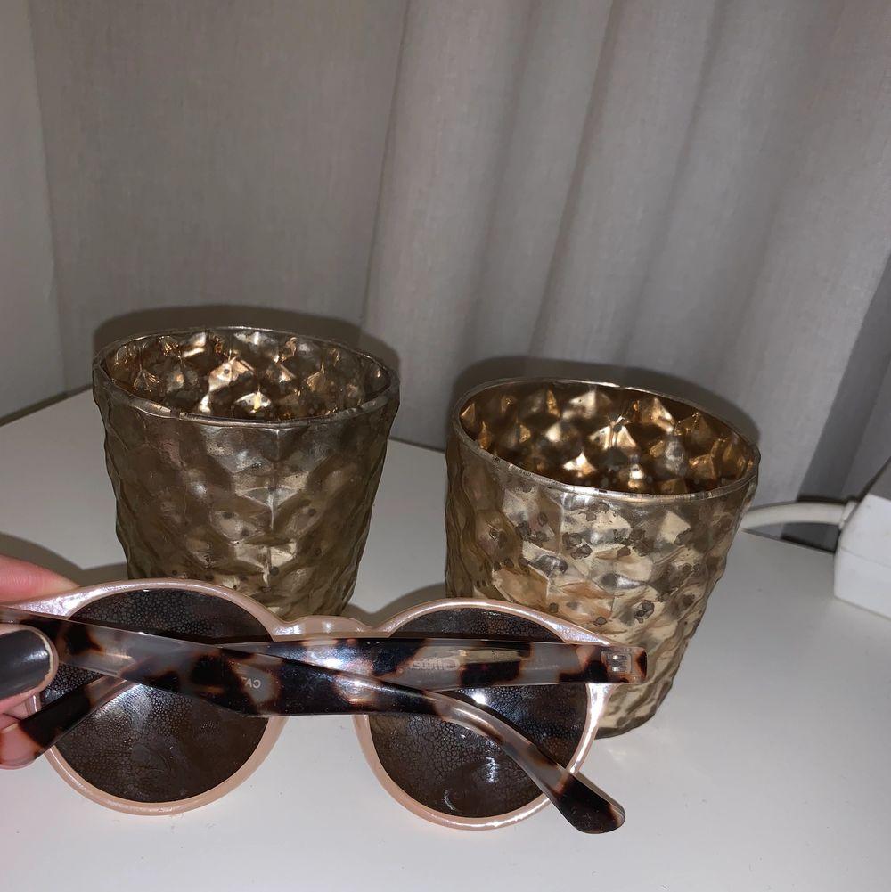 Solglasögon i fin färg!. Accessoarer.