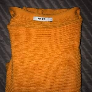 """En orange stickad tröja med snygga """"balongärmar"""" endast använd ett fåtal gånger"""