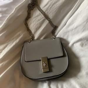 """Skit snygg grå väska köpt utomlands, silverdetaljer. Man kan välja själv om man vill ha ett eller två """"kedjeband"""" på axeln. Köpt för 700. Ink frakt"""