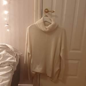 Vit stickad tröja med polokrage. Varm och skön. Ganska stor i storleken. Skriv vid intresse🌸
