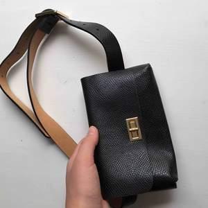Så coolt bälte med en liten väska på! Kommer tyvärr inte till användning för mig :(( Köparen står för frakt🌍 Vill bli av med allt så fort som möjligt så kolla gärna in mina andra annonser också ✨🥰