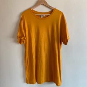 Gul, enkel tshirt-klänning. Tyvärr gör sig inte den gula färgen rättvis på bild.