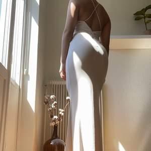 Klänning från Missguided i beige. Använd en gång och det var på min bal. Jag har fått sy upp den så att klänningen passar att använda med högklackade skor. Frakten ingår i priset.