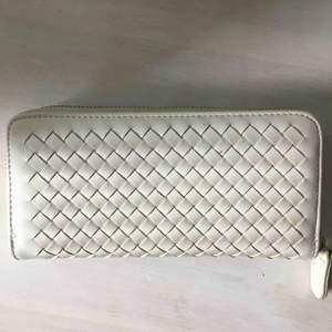 Mycket snygg plånbok som även kan fungera som en väska🤩 Används tyvärr inte längre och säljer därför den. Kan mötas upp eller frakta, frakt tillkommer då🎀