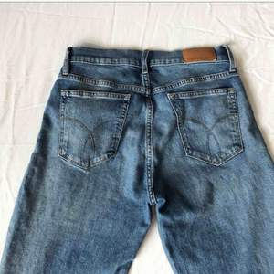 Bud önskas :) Helt nya och fräscha jeans från Calvin Klein, köpt för 1500kr så önskar ett bra bud! (Ber om ursäkt att jag är så hemskt dålig på att fota byxor...)