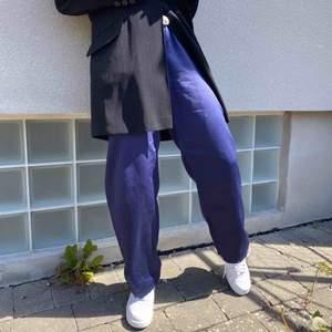 Blå byxa knyta med snören vid midjan, superskönt, asnajs färg