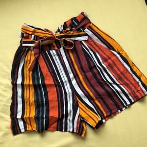 Gullig fladdrig shorts från Size & Needle! Den har en knyt rosett för att justera runt midjan, shortsen är i storlek S och är väldigt skön för varma dagar! (Original priset är 250kr)