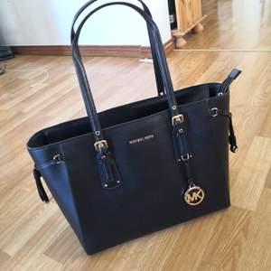 Helt ny Michael Kors väska (oöppnade förpackning). Model: Voyager black Storlek: 39 L, 27 H, 15 B