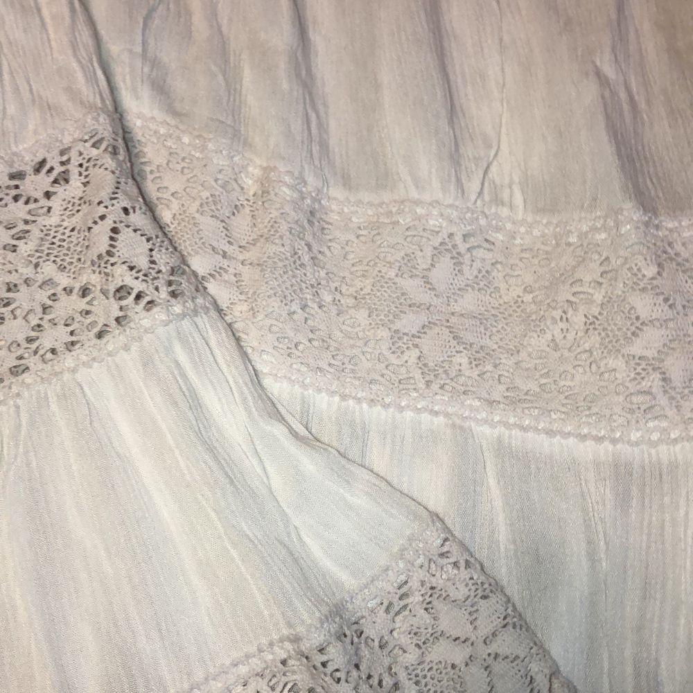 En vit offshoulder-klänning som passar perfekt till skolavslutningen eller studenten! Strl M. Använd en gång, där av i nyskick. 300kr men priset kan även diskuteras. Köparen står för frakten. Om fler bilder önskas är det bara att hojta till🌸. Klänningar.
