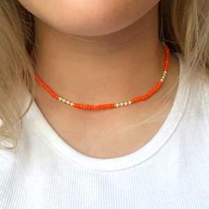 Ett oranget pärlhalsband. Bra kvalitet och töjbar tråd. 11 kr frakt❤️❤️