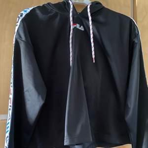Helt oanvänd fila hoodie, storlek S, endast swish, står ej för postens slarv. Köparen betalar frakt som tillkommer