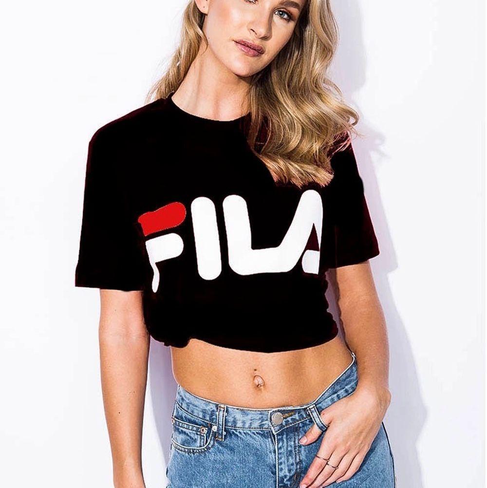 jätte snygg och trendig fila t-shirt! På bilden har hon knutit den men skulle säga att den är lite oversized! Köpt på madlady! Ord pris: ca 200kr . Skjortor.