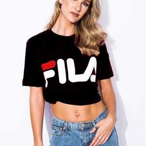 jätte snygg och trendig fila t-shirt! På bilden har hon knutit den men skulle säga att den är lite oversized! Köpt på madlady! Ord pris: ca 200kr