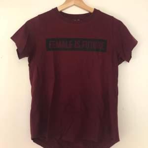 Vinröd t-shirt med svart tryck! 🖤