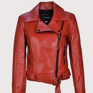 Den är nytt. Äkta skinn kvinnors jacka. 100% Lammskinn röd läder Klassisk biker stil Svart metall dragkedja Tryck på kavajslag Läder spänne bälte 2 fickor fram med dragkedja Slim passform