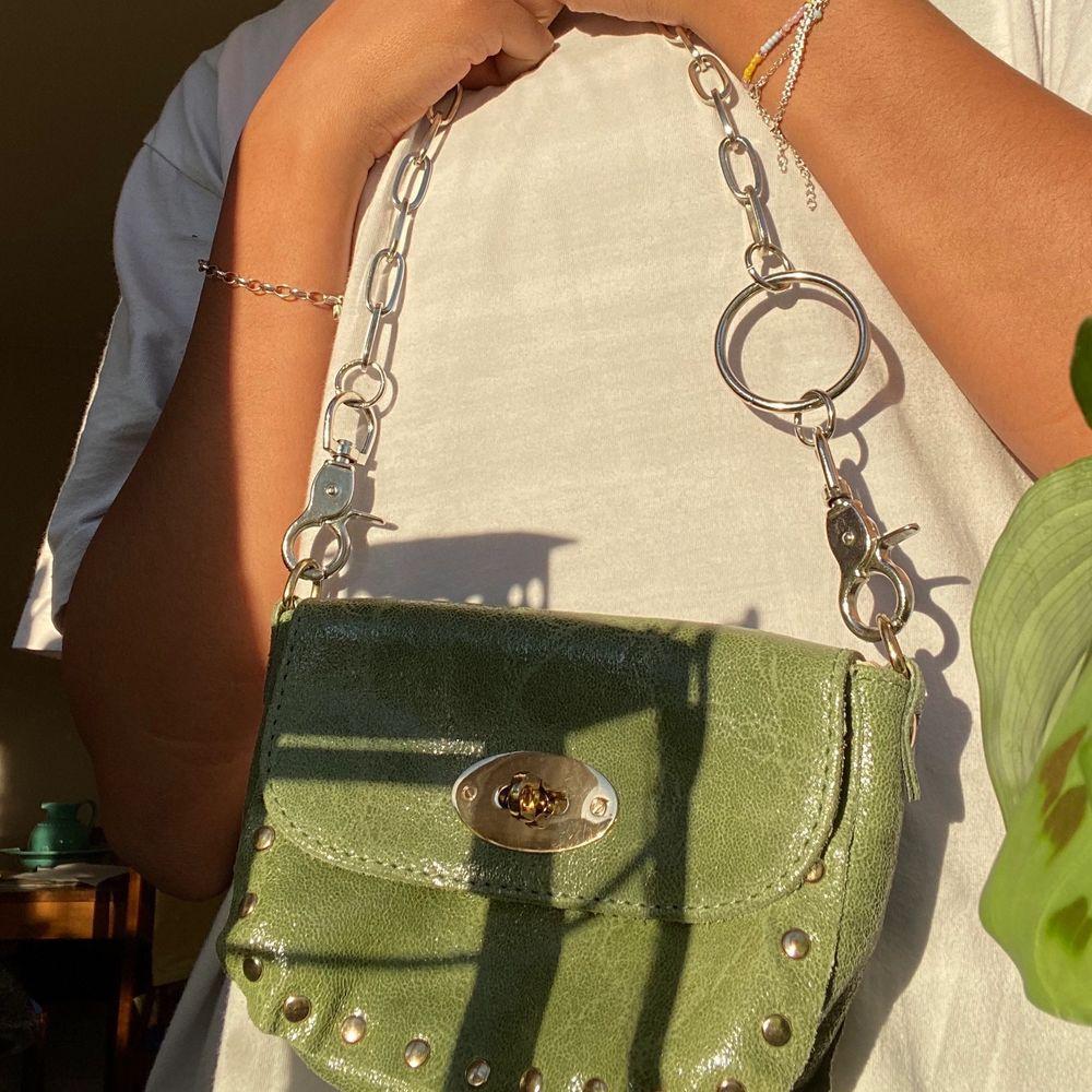 Supersöt grön liten shoulder bag🍀. Väskor.