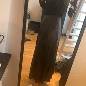 Kjol från ASOS storlek 36 aldrig använd. Fakeläder-material. Jag är 170 cm lång och längden är perfekt för en maxikjol. Nypris 399 kr. Köparen betalar frakt 59 kr.