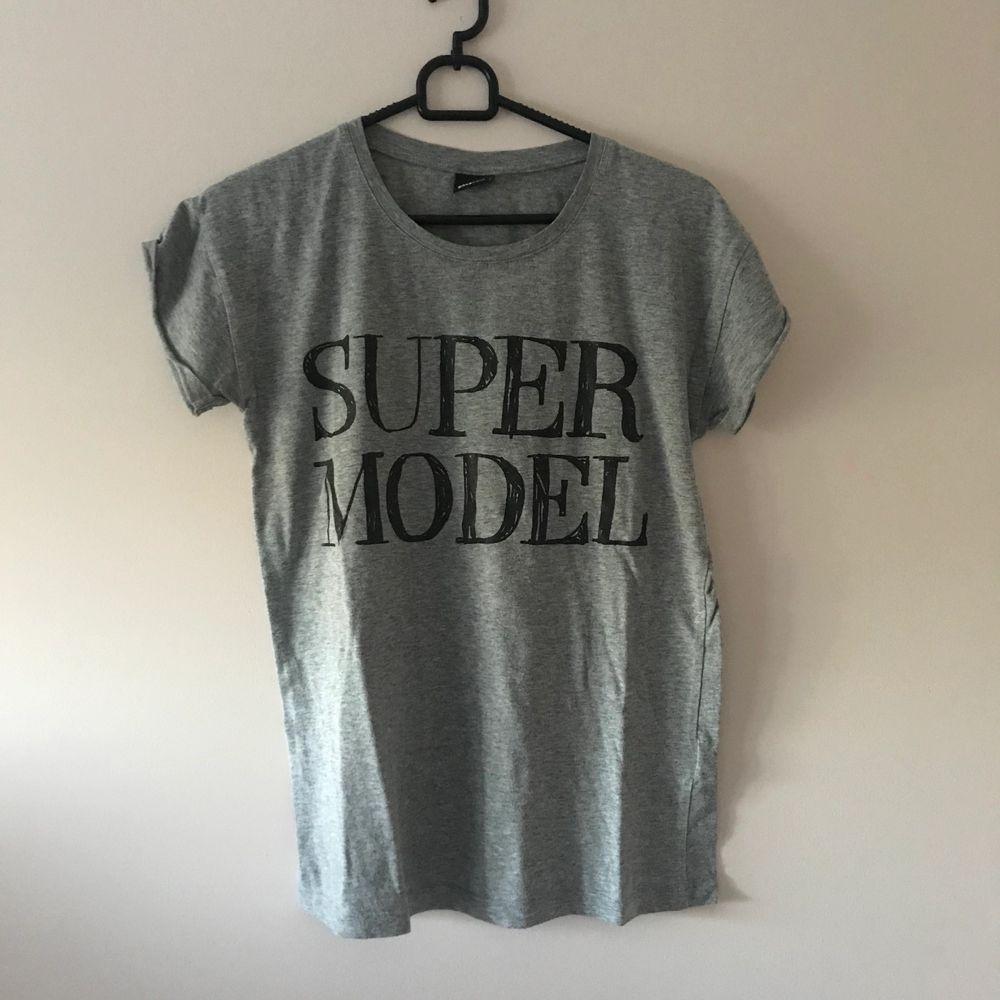 Köpt flera årsen. Knappt använd. Supercool tshirt. T-shirts.