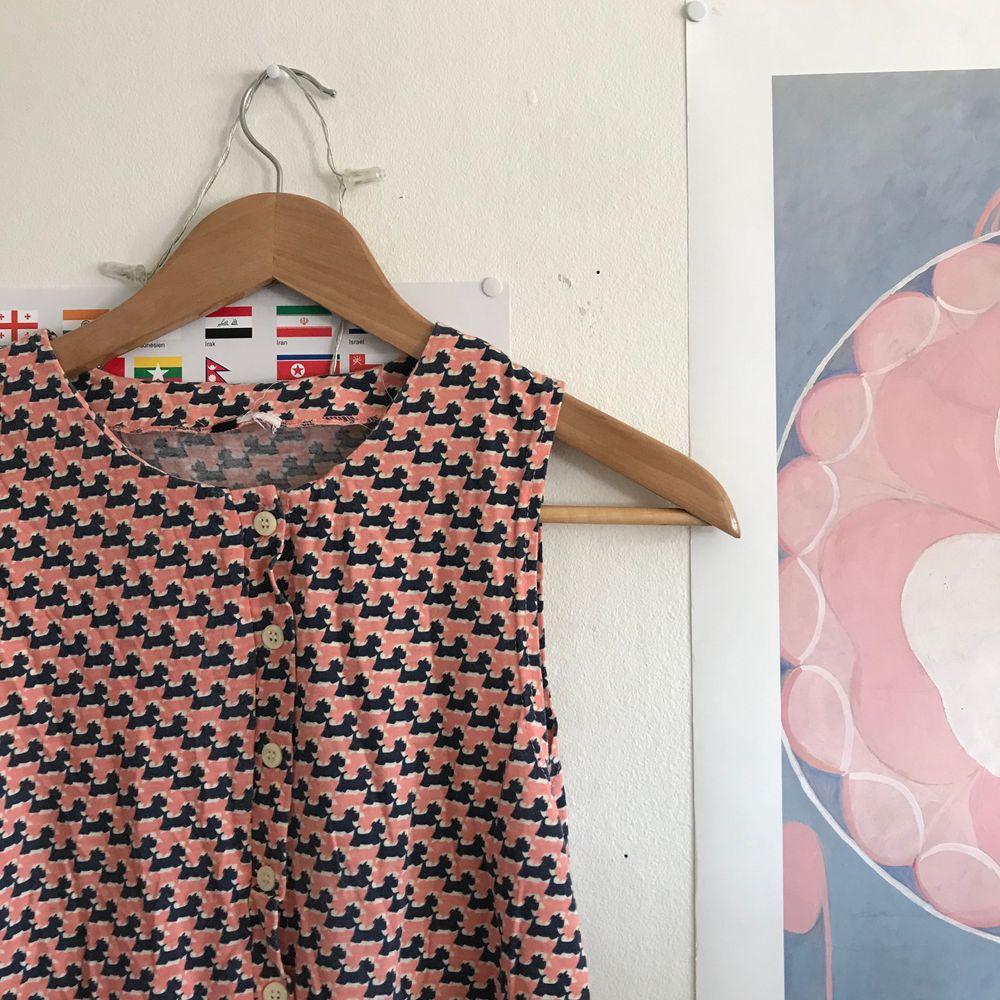 Finaste klänningen!! Smutsrosa med hundmönster 🥺🥺🥺💞💞💞 Knappar hela vägen så man kan också ha den öppen som typ skjorta! . Klänningar.