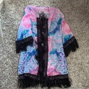 Fin och luftig kimono/morgonrock med ett fint mönster. Passar flera storlekar. Frakt ingår
