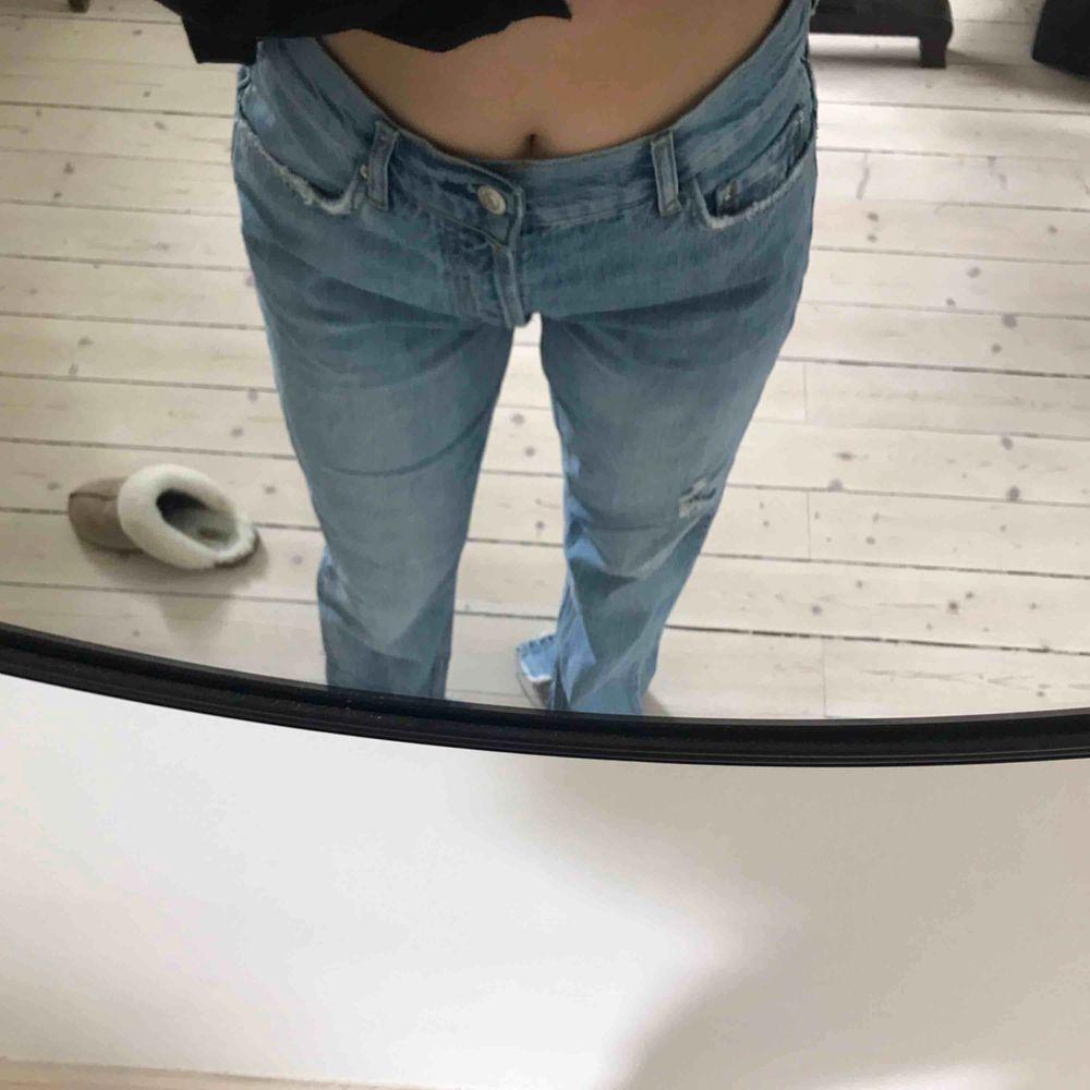 Jeans från Gina Tricot. Slits och fin kvalitet.. Jeans & Byxor.