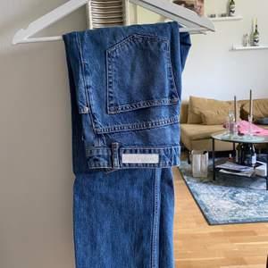 Jeans från ginatricot i samarbete med Annie bing, byxor som är mer raka i formen.