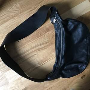 Nästan helt oanvänd skinnväska från Vera. Köpt förra sommaren. Man får ner ganska mycket i och de finns snygga fack för mobil osv. Väskan är snygg att trä över samt ha den som axelremsväska. Praktisk och enkel!