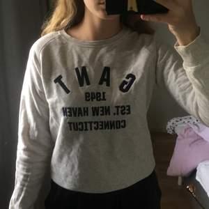 Gant sweatshirt i bra skick!! Köpt på kidsbrandstore. Färgen är grå/ beige med marinblå text