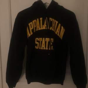 Säljer min vintage college hoodie. Sparsamt använd . Storlek S