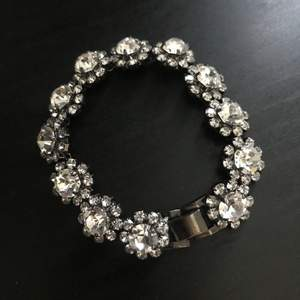 En super söta blommig armband 😍 Kan mötas vid T-central eller skicka via post köpare står för frakt 😉