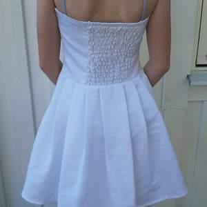 Säljer denna vita klänning ifrån sisters print. Är i bra skick. Frakt tillkommer 🥰❤