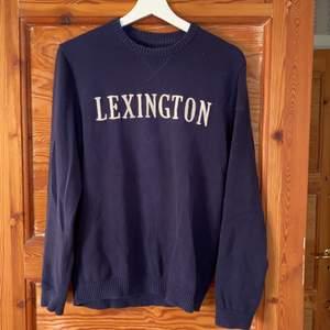 Marinblå Tröja från Lexington. Storlek M men passar även S. Frakt tillkommer
