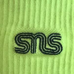 Neon gröna sneakers and stuff strumpor, står one size men de är ganska stora kanske storlek 40 typ.