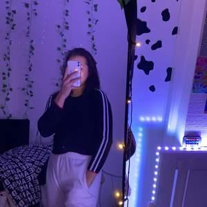 En snygg svart tröja med vita striper på ärmarna. Använt en gang (nyskick), säljer för att jag har för mycket kläder. Säljer för 150kr eller mer om hög interesse. Skriv gärna bud i kommentarfeltet😙