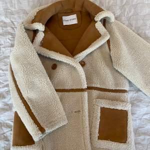 Snygg fårjacka från Stand för vintern, bra skick. Modellen heter Chloe Jacket och kostar 3000kr nypris.
