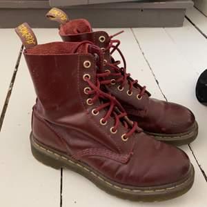 Klassiska Dr. Martens boots i vinröd. Storlek 38. Bra skick.