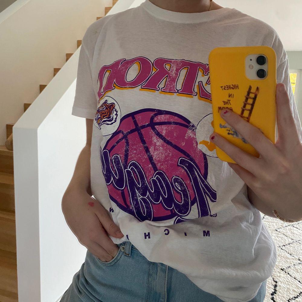 Snygg vintage T-shirt i storlek M. Passar perfekt till snygga jeans eller kjol. Instoppad som ute. Aldrig andvönd , lappen kvar✨. T-shirts.