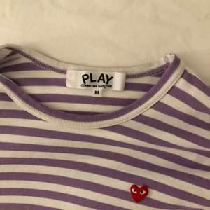 Lila Cdg tröja i M men den är liten i storleken💕 bud från 300