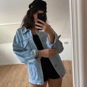 En oversize jeansjacka i strl M. Jag är annars en S och på mig är den lagom oversize. Köpt i London för 700 kr. Sparsamt använd, i väldigt fint skick!