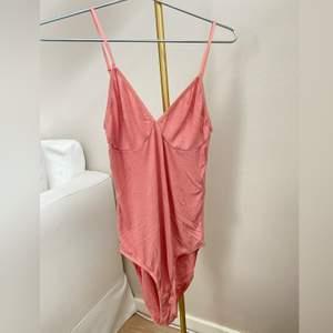 Ljusrosa body från American Apparel. Färgen är mest lik bild 2 & 3. Strl M. Nypris ca 600-700kr. Säljes för 100kr!