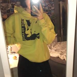 Suuuuuperfin gul hoodie från stay men som tyvärr aldrig kommer till användning. Strl s. 50kr🥰