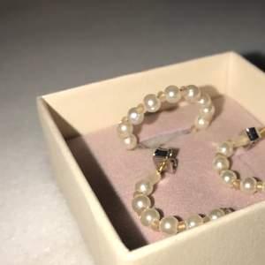 Hej! Jag designar smycken i olika typer. Denna ring finns t.ex i s-l och är mitt första släpp! Frakt ingår och jag tar emot beställningar av liknande produkter om så önskas.