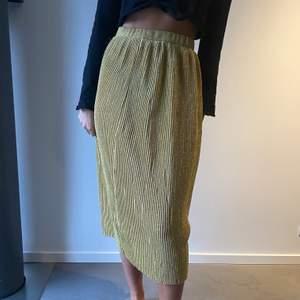 Fin guldig kjol från NAKD storlek S💕
