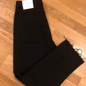 Helt nya svarta jeans från zara med avklippta detalj nertill. Prislapp finns kvar!
