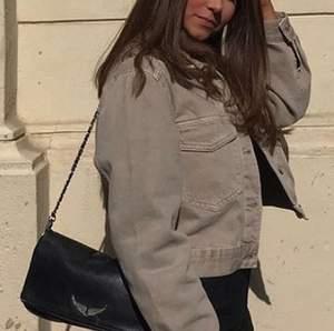 As snygg beige jeansjacka från Gina, nypris 400kr, bara använd några få gånger, köpare står för frakten💖💖