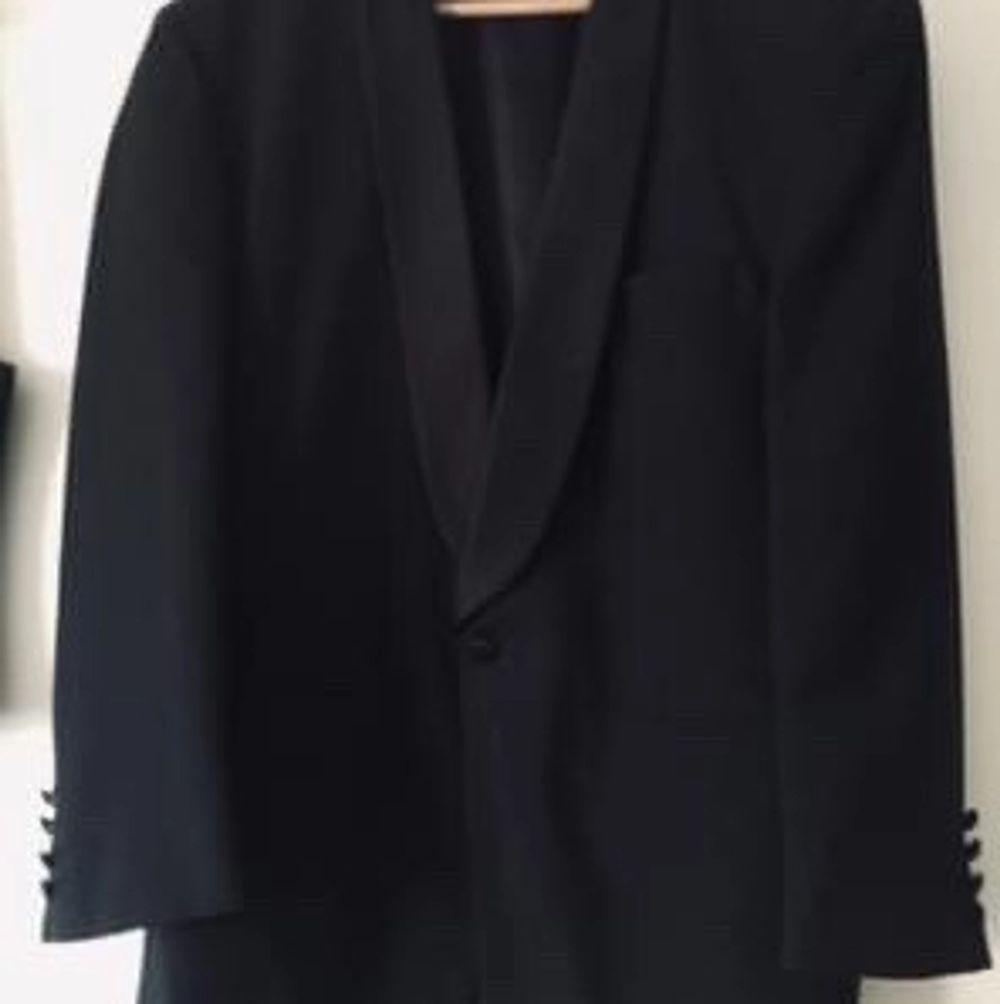 Nyskick !  Svart Smoking :väst, byxa m revärer och smoking Strl50. Använd 1 gång. Kostymer.