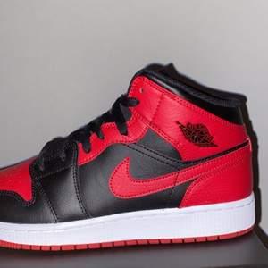 """Air Jordan 1 Mid GS av modellen """"Banned"""". Helt nya och köpta från Footlocker! Pris: 1500kr + frakt 💫 Storlek 40!"""