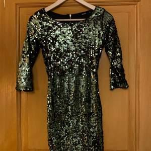 Festklänning!!! Säljer en likadan i silver (kolla min profil). Bara använda en gång. Perfekt passform 👌🏼