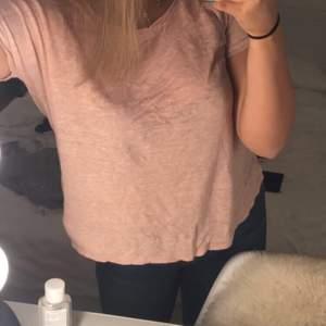 en rosa t-shirt med rosett på sidan , Aldrig använd !!! Väldigt bra skick