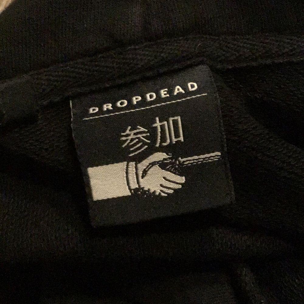 Hoodie från Drop Dead, köpt för ca 700kr. Strl L men har longline fit.. Huvtröjor & Träningströjor.